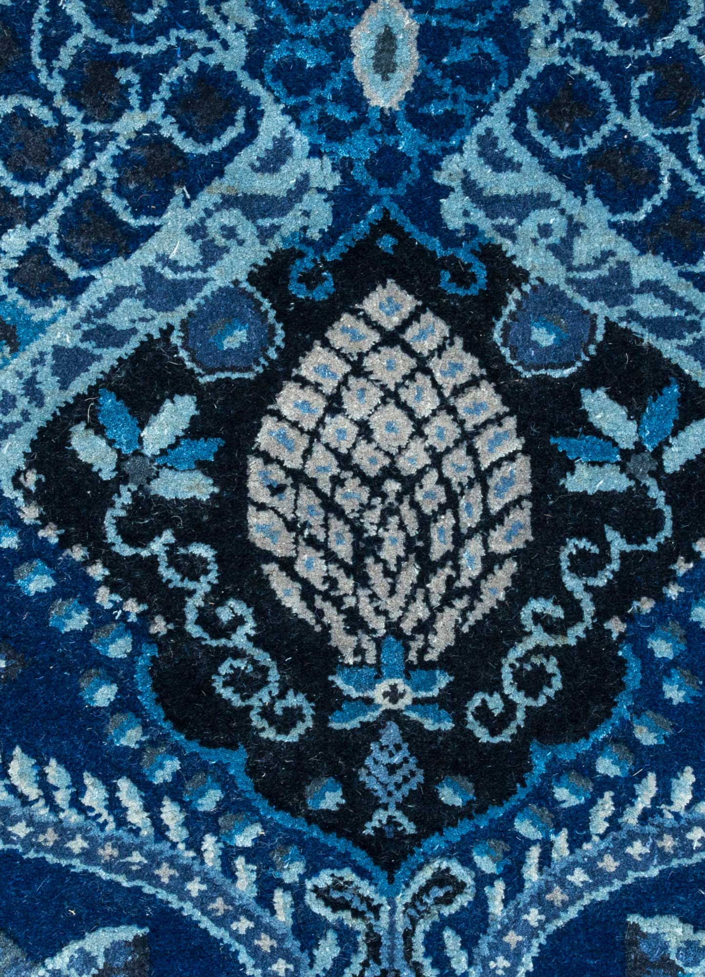 aurora blue wool and silk hand knotted Rug - CloseUp