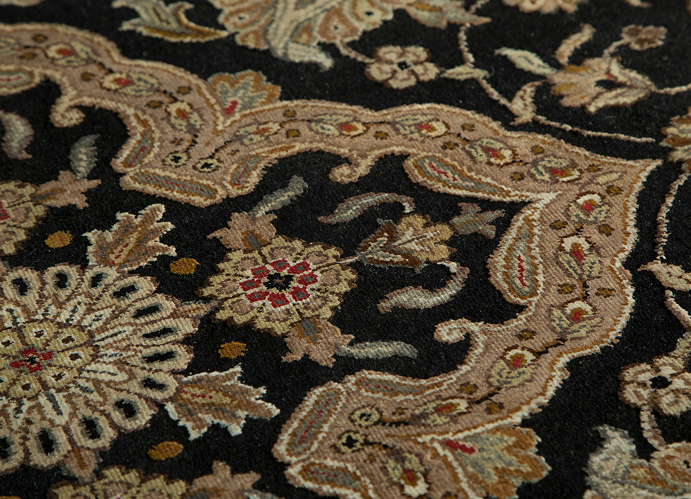 aurora grey and black wool and silk hand knotted Rug - CloseUp